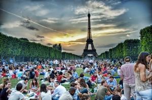 pic-nic cugli Champs de mars in una sera di luglio
